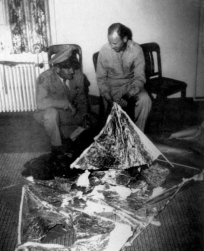 General Ramey (in the hat) and Colonel DuBose. But is this really the recovered debris?